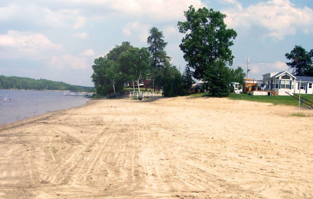 Une plage en sable doux de 2 km