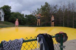trampoline géante pins gris