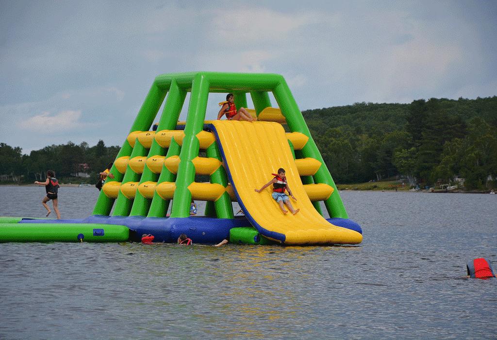 Une glissade sur l'eau qui fait le plaisir des enfants!