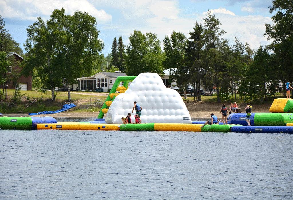 Notre parc aquatique flottant de 8000 pieds carrés fait la joie des enfants.