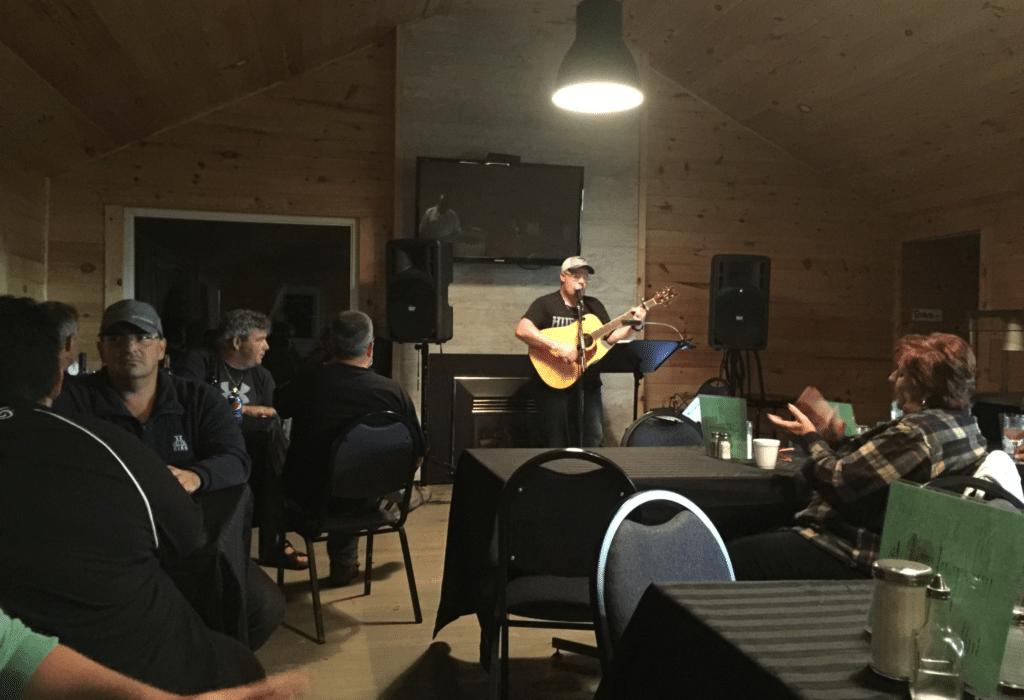 Certains soirs, nous recevons des chansonniers au camping pour animer le party!